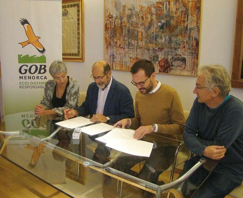 L'Ajuntament de Maó signa un conveni amb el GOB per reduir l'ús de plàstics d'un sol ús